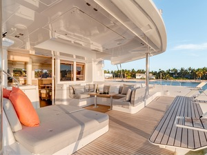 Int lagoon52 aft deck view1