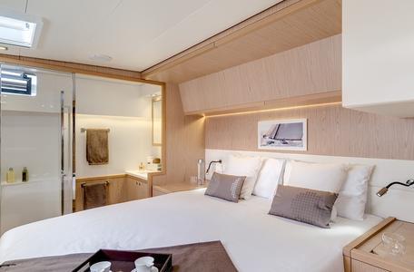 Int lagoon52 double bed cabin bathroom1